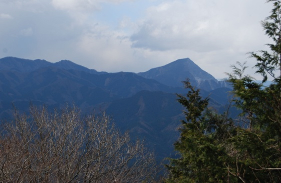 D:\D-DRV\横浜ハイキングクラブ\機関誌部マスタデータ\「四季原稿」\2014\2015年02月号\写真\20141214_関八州見晴らし台から望む武甲山.JPG
