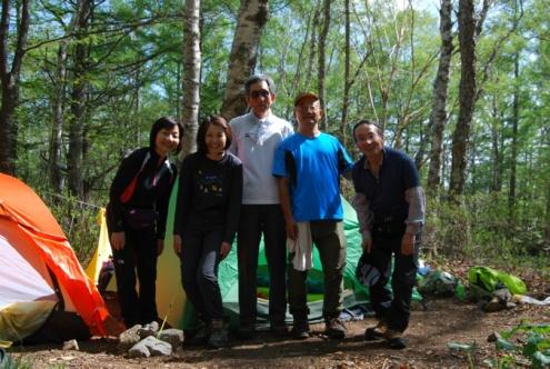 D:\D-DRV\横浜ハイキングクラブ\機関誌部マスタデータ\「四季原稿」\2014\2014年8月号\金峰山みずがき山写真\0001_テントの前で.JPG