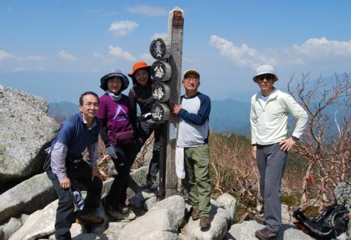 D:\D-DRV\横浜ハイキングクラブ\機関誌部マスタデータ\「四季原稿」\2014\2014年8月号\金峰山みずがき山写真\0014_金峰山の頂上にて記念撮影.JPG