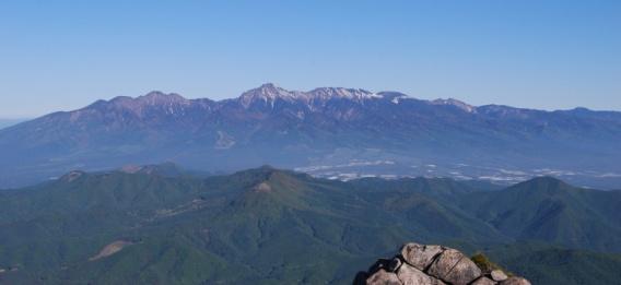 D:\D-DRV\横浜ハイキングクラブ\機関誌部マスタデータ\「四季原稿」\2014\2014年8月号\金峰山みずがき山写真\0026_みずがき山山頂からの八が岳の全貌.JPG