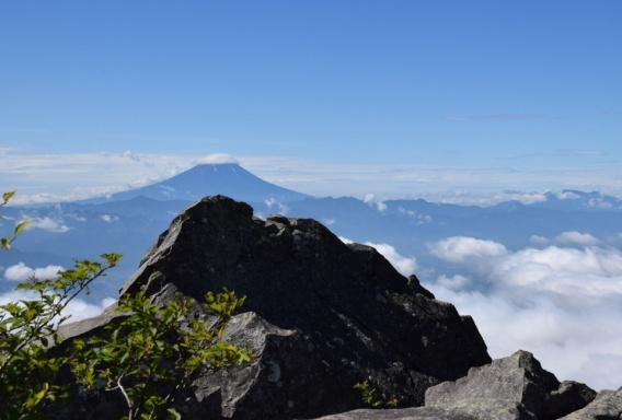 D:\D-DRV\横浜ハイキングクラブ\機関誌部マスタデータ\「四季原稿」\2015\2015年9月号\写真\乾徳山頂より笠雲の富士山.JPG