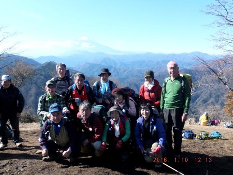 D:\横浜ハイキングクラブ\YHC2015年山行報告書\160110 四季報、鍋割山感想文用写真\6.鍋割山山頂での集合写真.jpg