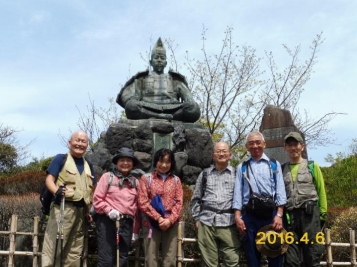 P1010677 源氏山公園頼朝像の前で
