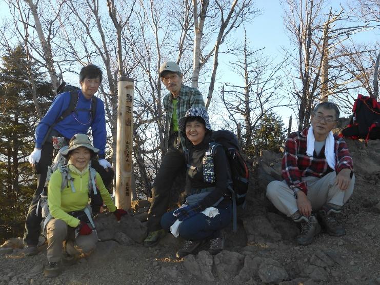 D:\横浜ハイキングクラブ\YHC2016年山行報告書\161105-06 四季報、雲取山\四季報、雲取山写真\2.雲取山頂上にて - コピー.jpg