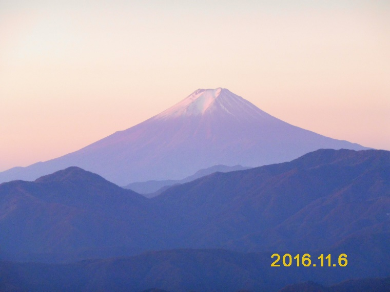 D:\横浜ハイキングクラブ\YHC2016年山行報告書\161105-06 四季報、雲取山\四季報、雲取山写真\4.雲取山頂上からの朝霞の霊峰富士 - コピー.JPG