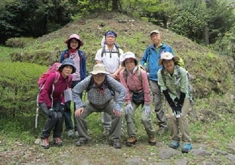 C:\Users\SuzukiShigehiko\Documents\横浜ハイキングクラブ\四季17年6月号\4.23箱根旧街道\一里塚.JPG