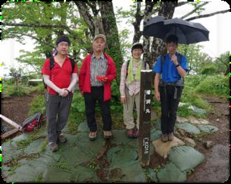 傘をさしている人たち  自動的に生成された説明