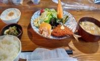 テーブルの上の食事  自動的に生成された説明